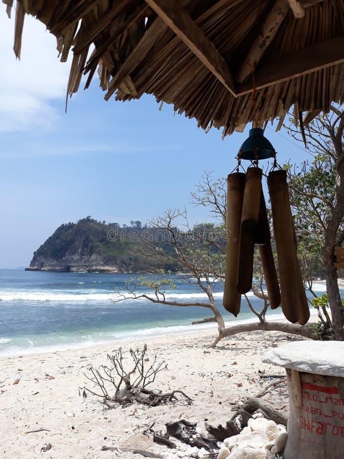Buena playa Ngalur de la opinión del mar imagen de archivo