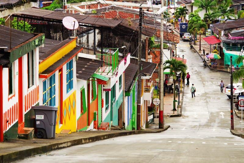 BUENA VISTA, КОЛУМБИЯ - 14-ОЕ АВГУСТА 2018: Сцена улицы в Buena Vista - Quindio, известный городок для своей культуры кофе стоковые изображения rf