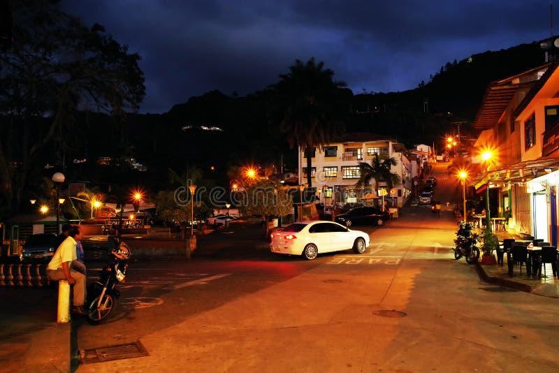 BUENA VISTA, COLÔMBIA - 14 DE AGOSTO DE 2018: Cena da rua da noite em Buena Vista - Antioquia, vila famosa em Colômbia para seu c fotografia de stock