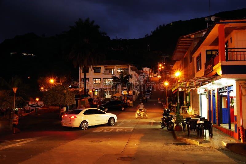 BUENA VISTA, COLÔMBIA - 14 DE AGOSTO DE 2018: Cena da rua da noite em Buena Vista - Antioquia, vila famosa em Colômbia fotos de stock