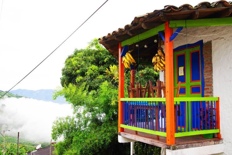 BUENA VISTA, COLÔMBIA - 14 DE MAIO DE 2019: Balcão colorido muito bonito imagens de stock