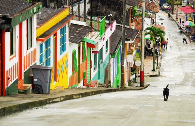 BUENA VISTA, COLÔMBIA - 14 DE MAIO DE 2019: Cena da rua em Buena Vista - Antioquia, vila famosa em Colômbia para sua cultura do c fotografia de stock royalty free