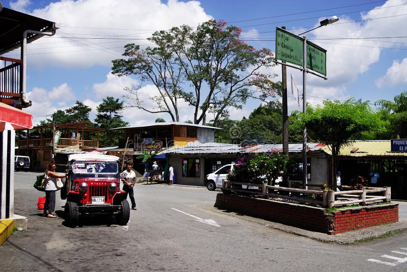 BUENA VISTA, COLOMBIE - 14 AO?T 2018 : Sc?ne de rue ? Buena Vista - Quindio Une jeep rouge de Willys dans un stationnement photo stock