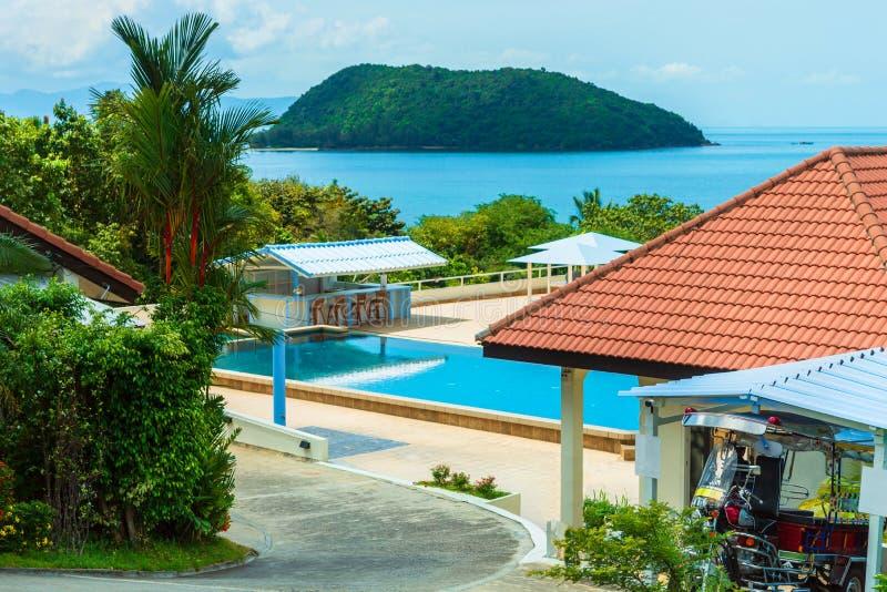 Buenas fiestas en hotel hermoso de la playa en la luz del d?a, la piscina y la relajaci?n imágenes de archivo libres de regalías