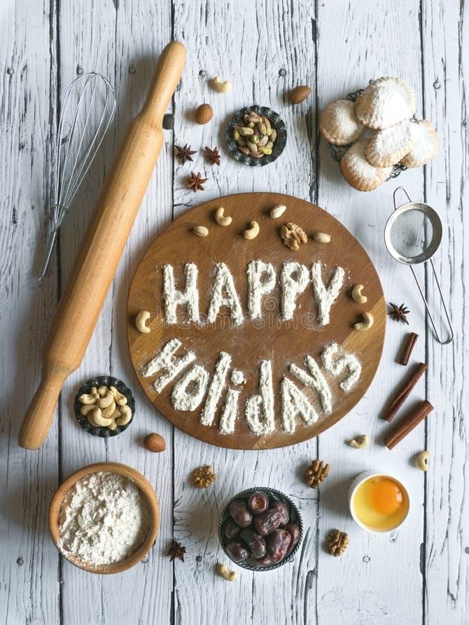 Buenas fiestas fondo de la comida El huevo, la harina y las nueces se presentan en una tabla de madera foto de archivo