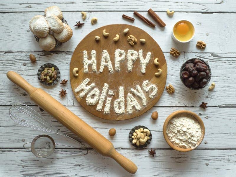 Buenas fiestas fondo de la comida El huevo, la harina y las nueces se presentan en una tabla de madera imagen de archivo