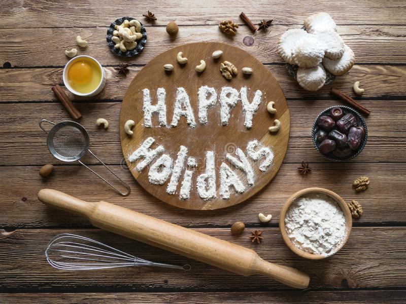 Buenas fiestas fondo de la comida El huevo, la harina y las nueces se presentan en una tabla de madera fotografía de archivo libre de regalías