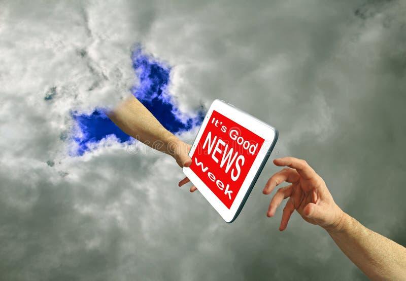 Buenas noticias semana medios tableta digital computadora dios mandamiento de la mano del dios ley el cielo fotografía de archivo