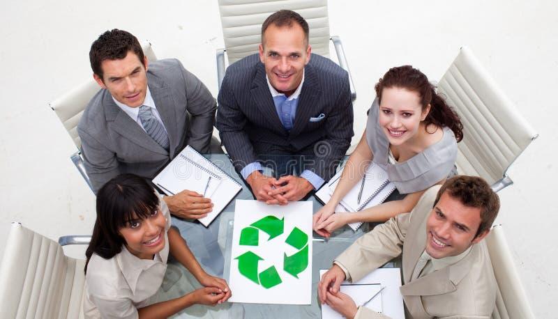 Buenas prácticas ambientales en una reunión imágenes de archivo libres de regalías
