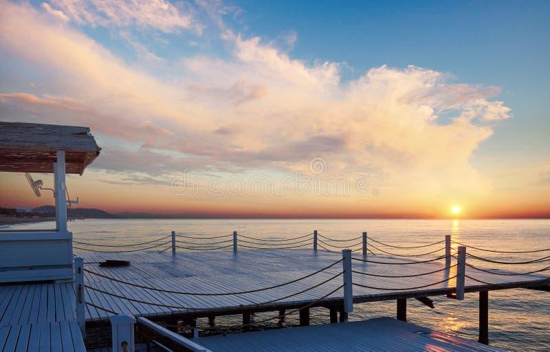 Buenas vistas del embarcadero blanco en la puesta del sol, que se utiliza para el mar del fondo natural imágenes de archivo libres de regalías