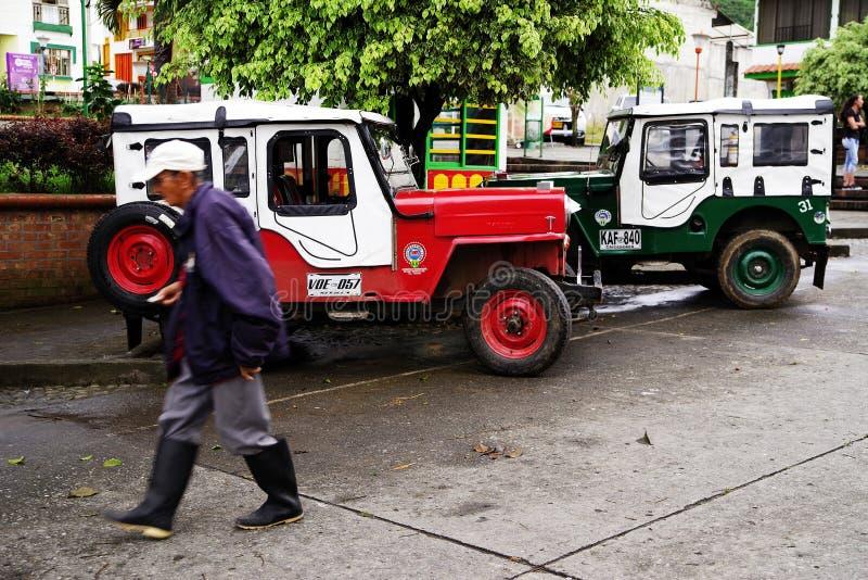 BUENAVISTA, COLOMBIA - AUGUSTUS 14, 2018: Straatscène in Buenavista - Quindio Twee Willys Jeep in een parkeren royalty-vrije stock afbeelding