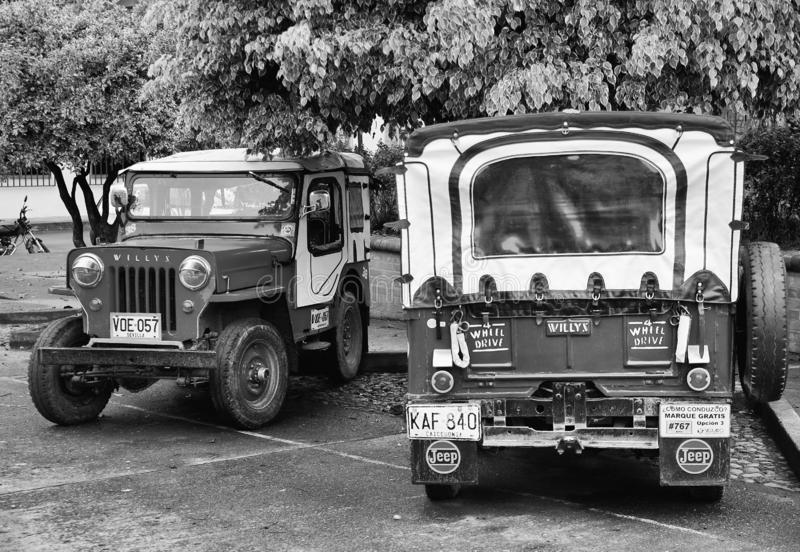 BUENAVISTA, COLOMBIA - AUGUSTUS 14, 2018: Straatscène in Buenavista - Quindio Twee Willys Jeep in een parkeren royalty-vrije stock afbeeldingen
