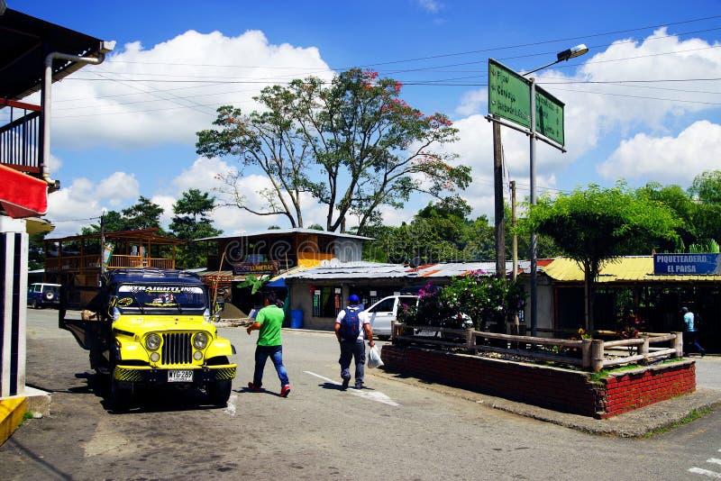 BUENAVISTA, COLOMBIA - AUGUSTUS 14, 2018: Straatsc?ne in Buenavista - Quindio Een gele Willys-Jeep in een parkeren royalty-vrije stock foto's