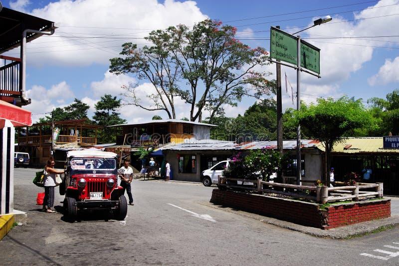 BUENAVISTA, COLOMBIA - AUGUSTUS 14, 2018: Straatsc?ne in Buenavista - Quindio Een rode Willys-Jeep in een parkeren stock foto