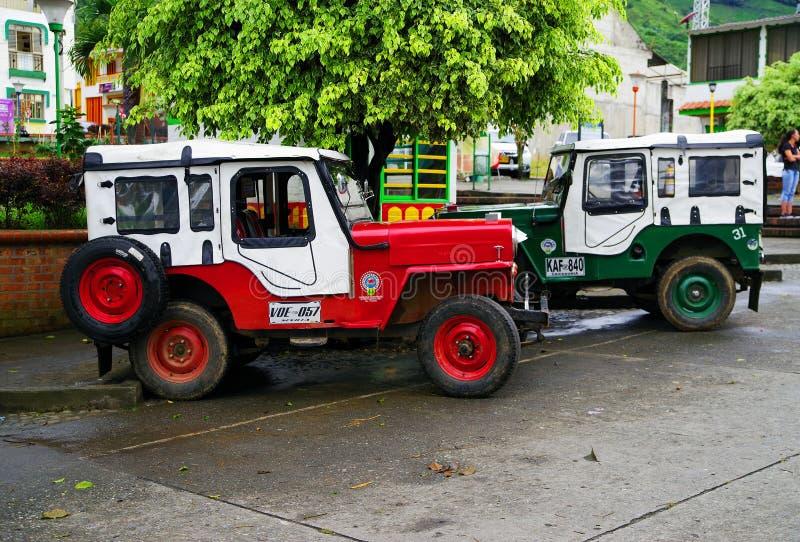 BUENAVISTA, COLOMBIA - AUGUSTUS 14, 2018: Straatsc?ne in Buenavista - Quindio Twee Willys Jeep in een parkeren stock foto