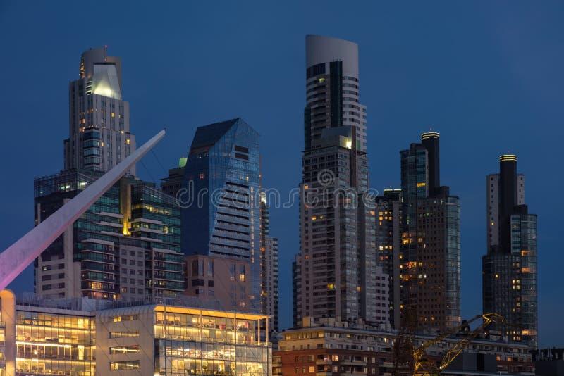 Buenos Aires architektury nowożytnej linii horyzontu ciasny strzał przy błękitną godziną w Argentyna zdjęcie stock