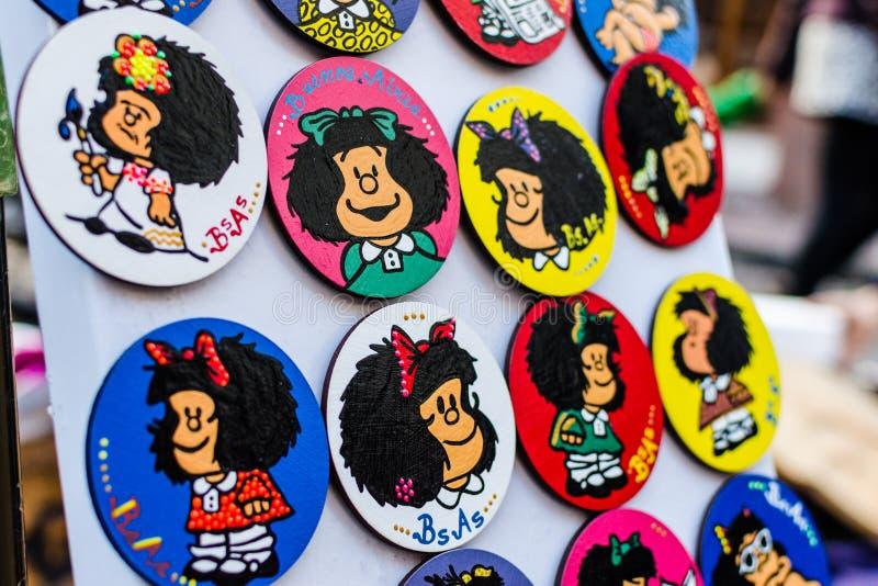 BUENOS AIRES, ARGENTINA - 6 DE AGOSTO DE 2016: Ímãs coloridos do refrigerador com Mafalda imagens de stock royalty free