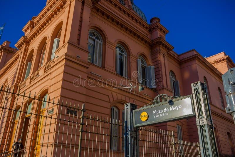 BUENOS AIRES ARGENTINA - MAJ 02, 2016: ingång till en gångtunnelstation bredvid det rosa huset som lokaliseras i Plaza de Mayo arkivfoto