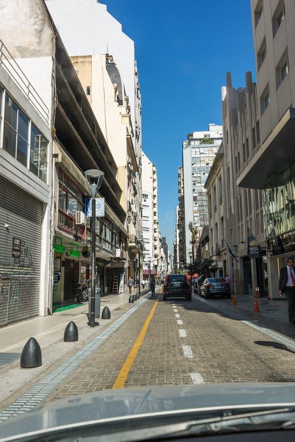 Buenos Aires, Argentine - 9 avril 2015 : Entraîner une réduction la rue images libres de droits
