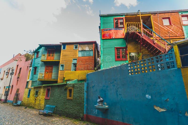 BUENOS AIRES, ARGENTINE - 16 mars 2016 : Maisons colorées sur la rue de Caminito photos libres de droits