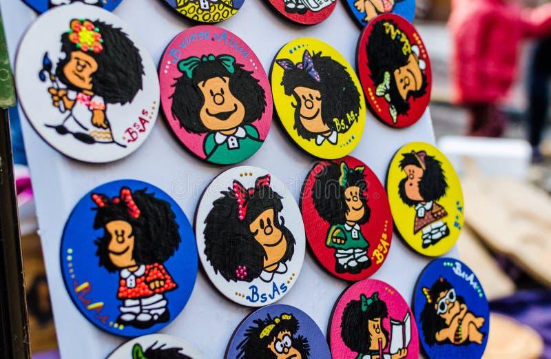BUENOS AIRES, ARGENTINIEN - 6. AUGUST 2016: Bunte Kühlschrankmagneten mit Mafalda stockbild