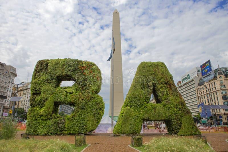 Buenos Aires, Argentinien, Obelisk und BA am Platz der Republik lizenzfreie stockfotos