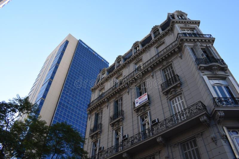 Buenos Aires City, Argentinien 16. Juni 2018 Aussicht auf zwei verschiedene Architekturstile in Buenos Aires lizenzfreie stockbilder