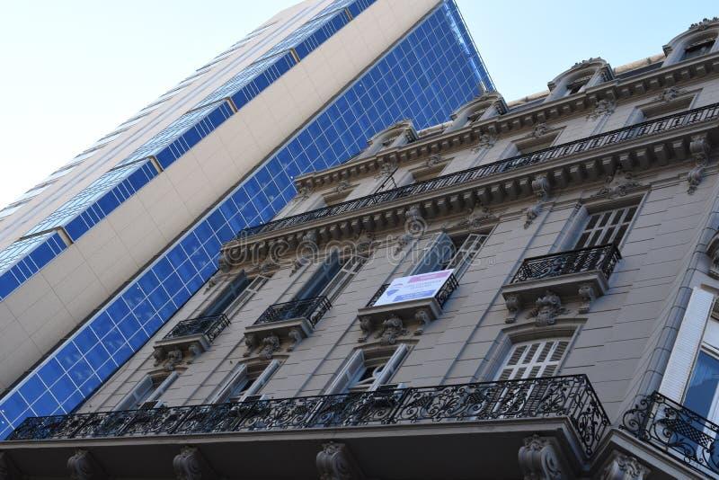 Buenos Aires City, Argentinien 16. Juni 2018 Aussicht auf zwei verschiedene Architekturstile in Buenos Aires stockfotografie