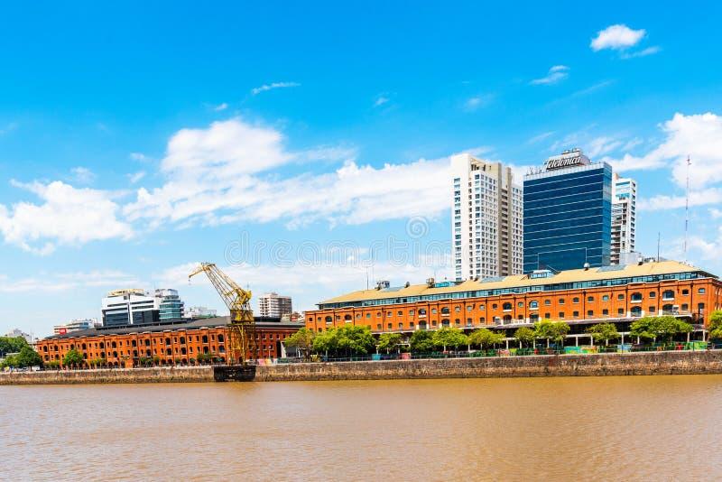 BUENOS AIRES, LA ARGENTINA - 25 DE DICIEMBRE DE 2017: Vista del terraplén en el centro de ciudad Copie el espacio para el texto fotos de archivo