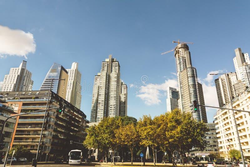 BUENOS AIRES, LA ARGENTINA - MAYO 09, 2017: Rascacielos, hig moderno foto de archivo