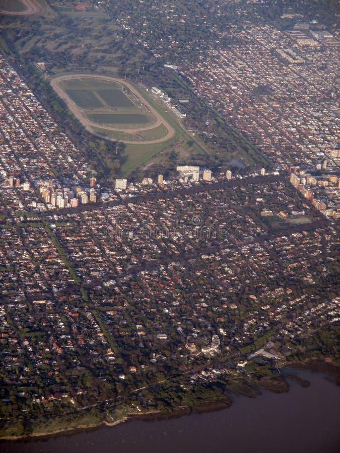 Buenos Aires sikt från fönstret av den plana härliga blåa himlen Sydamerika för Buenos Aires Argentina turbin i flykten arkivfoto