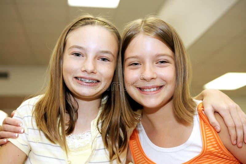 Buenos amigos en escuela fotos de archivo libres de regalías