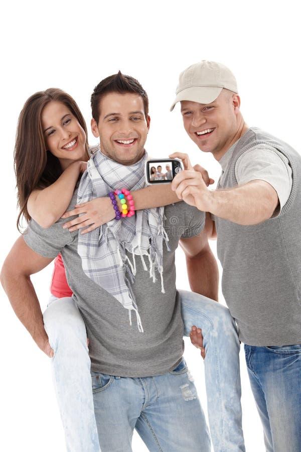 Buenos amigos que gozan tomando el cuadro fotografía de archivo libre de regalías