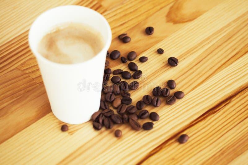 Buenos días Café a ir Las tazas de café con la cubierta y el café sean foto de archivo