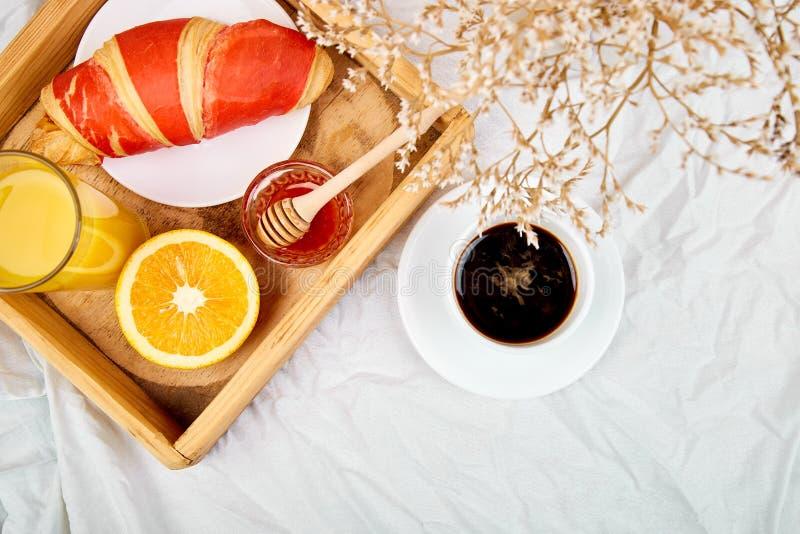 Buenos días Desayuno continental en las hojas de cama blancas imagen de archivo