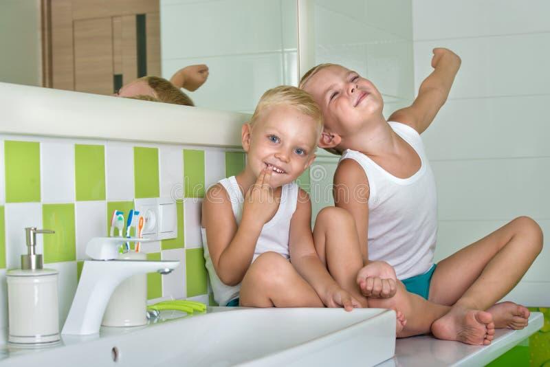 Buenos días Dos hermanos en el cuarto de baño, despertando por la mañana foto de archivo libre de regalías