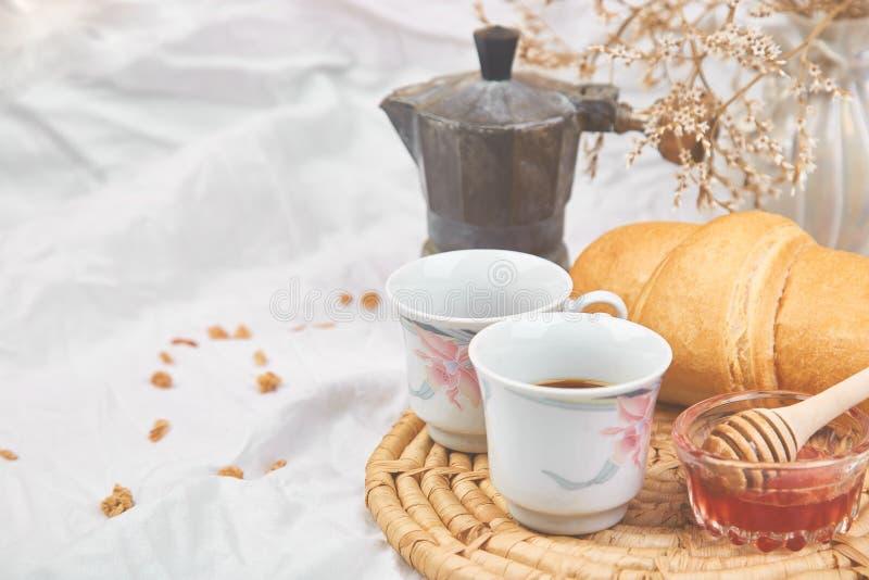 Buenos días Dos tazas de café con el cruasán y el atasco fotografía de archivo