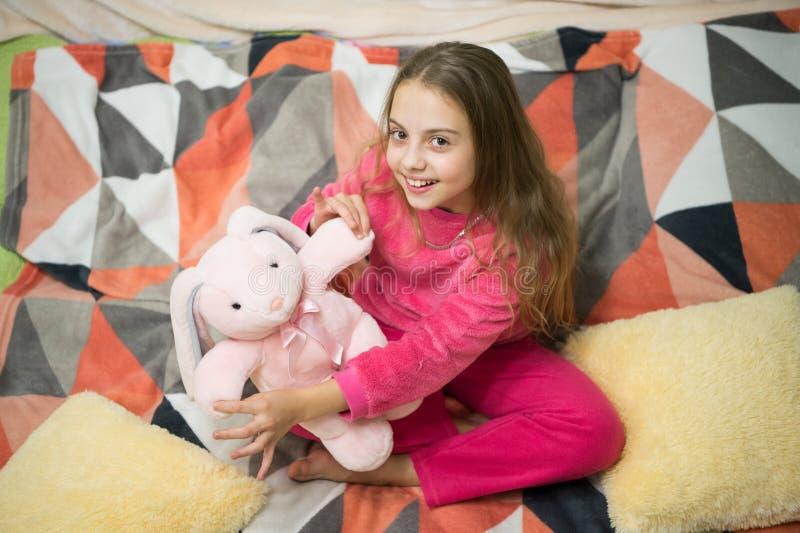 Buenos días El día de los niños internacionales Partido de pijama Buenas noches Felicidad de la niñez Pequeño niño de la muchacha fotos de archivo