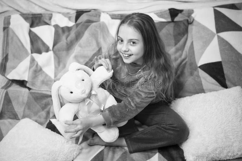 Buenos días El día de los niños internacionales Partido de pijama Buenas noches Felicidad de la niñez Pequeño niño de la muchacha imágenes de archivo libres de regalías
