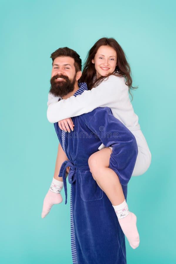 Buenos días o Pares en amor Familia Amor y romance Familia feliz por mañana Hombre barbudo y imágenes de archivo libres de regalías