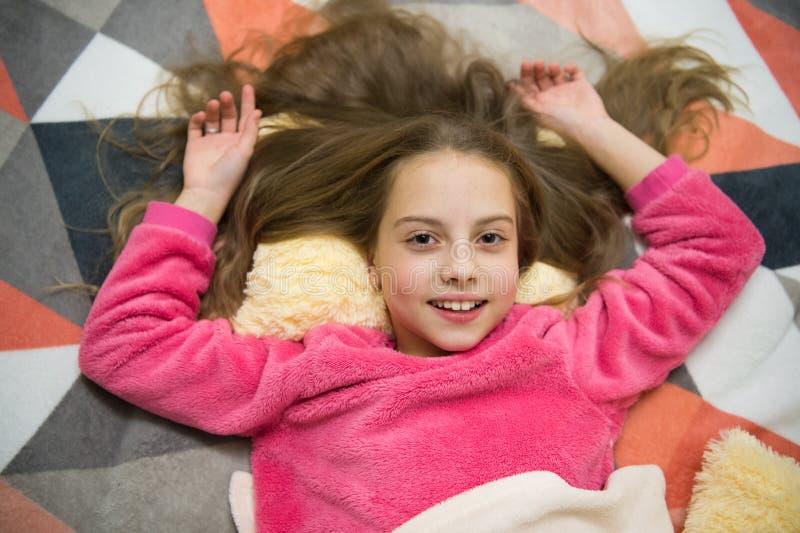 Buenos días Quiero jugar El día de los niños internacionales Felicidad de la niñez Pequeño niño de la muchacha listo para dormir  imagenes de archivo