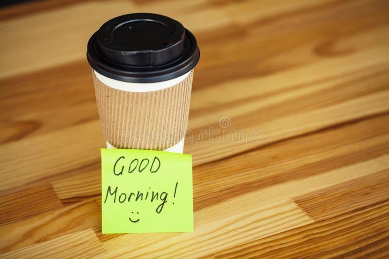 Buenos días Taza de café a ir en el fondo de Woodem fotografía de archivo
