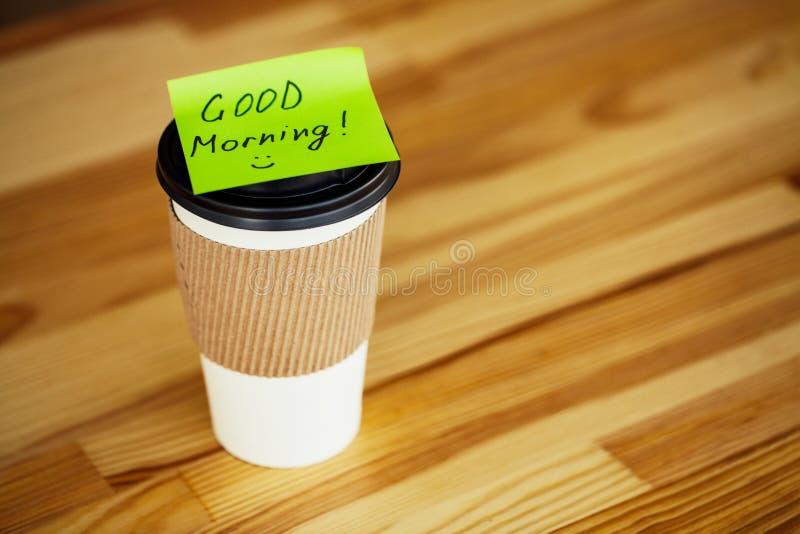 Buenos días Tiempo del café Café a ir y habas en vagos de madera foto de archivo libre de regalías