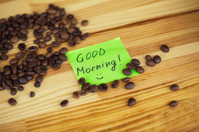 Buenos días Tiempo del café Café a ir y habas en vagos de madera fotografía de archivo