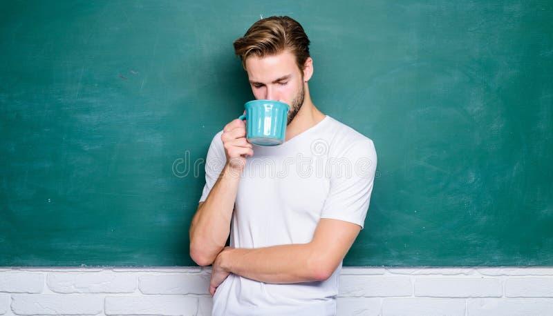 Buenos d?as El hombre hermoso goza del café caliente Caf? enviciado Bebida inspiradora Dosis del cafeína Café de la bebida del pr fotografía de archivo libre de regalías