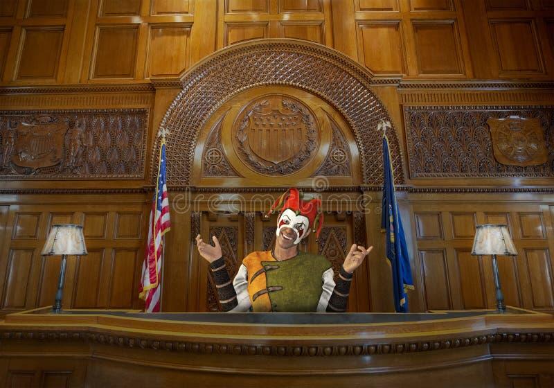 Bufón divertido de la corte, juez, ley, sala de tribunal fotos de archivo