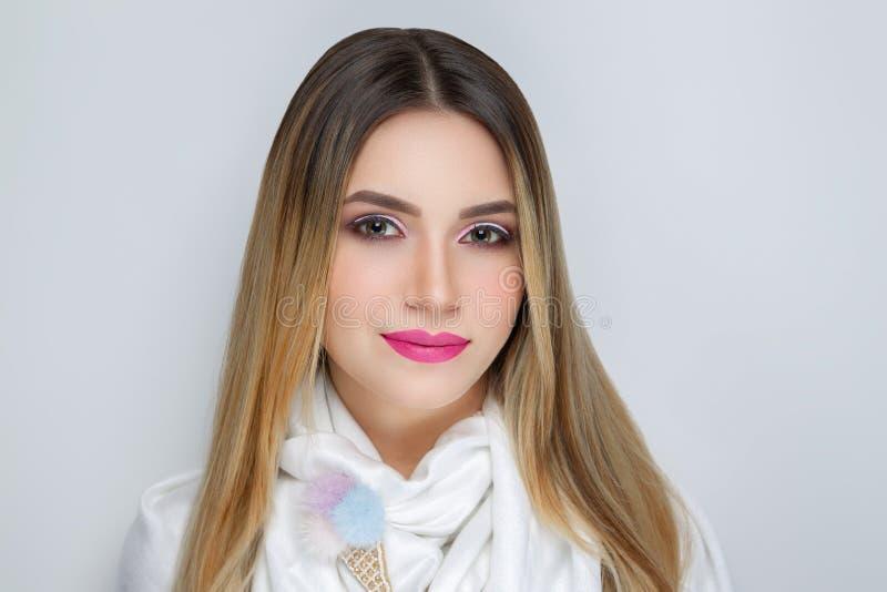 Bufanda blanca que lleva de la mujer fotografía de archivo