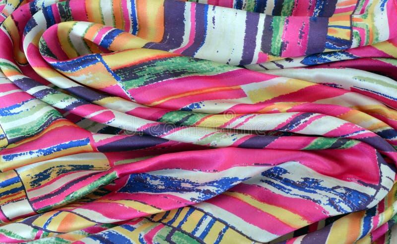 Bufanda de seda con los dobleces pintorescos fotos de archivo