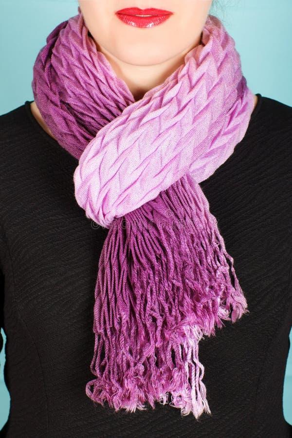 Bufanda de seda Bufanda de seda de la lila alrededor de su cuello aislado en fondo azul imagen de archivo libre de regalías