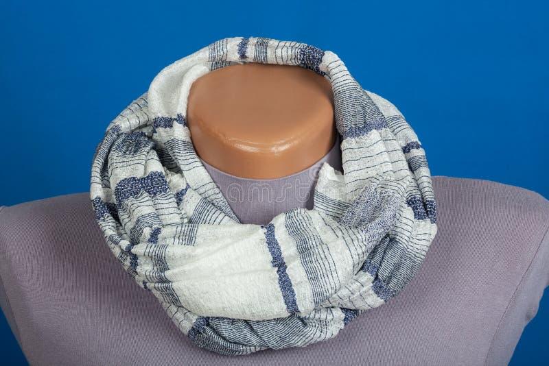 Bufanda gris en el maniquí aislado en fondo azul foto de archivo libre de regalías